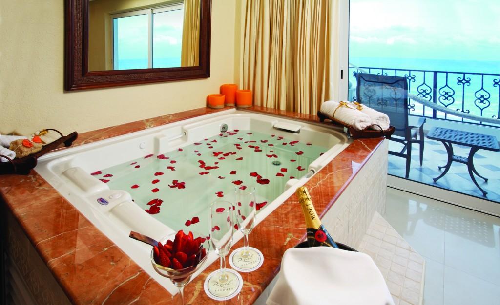 Ванна с лепестками красных роз