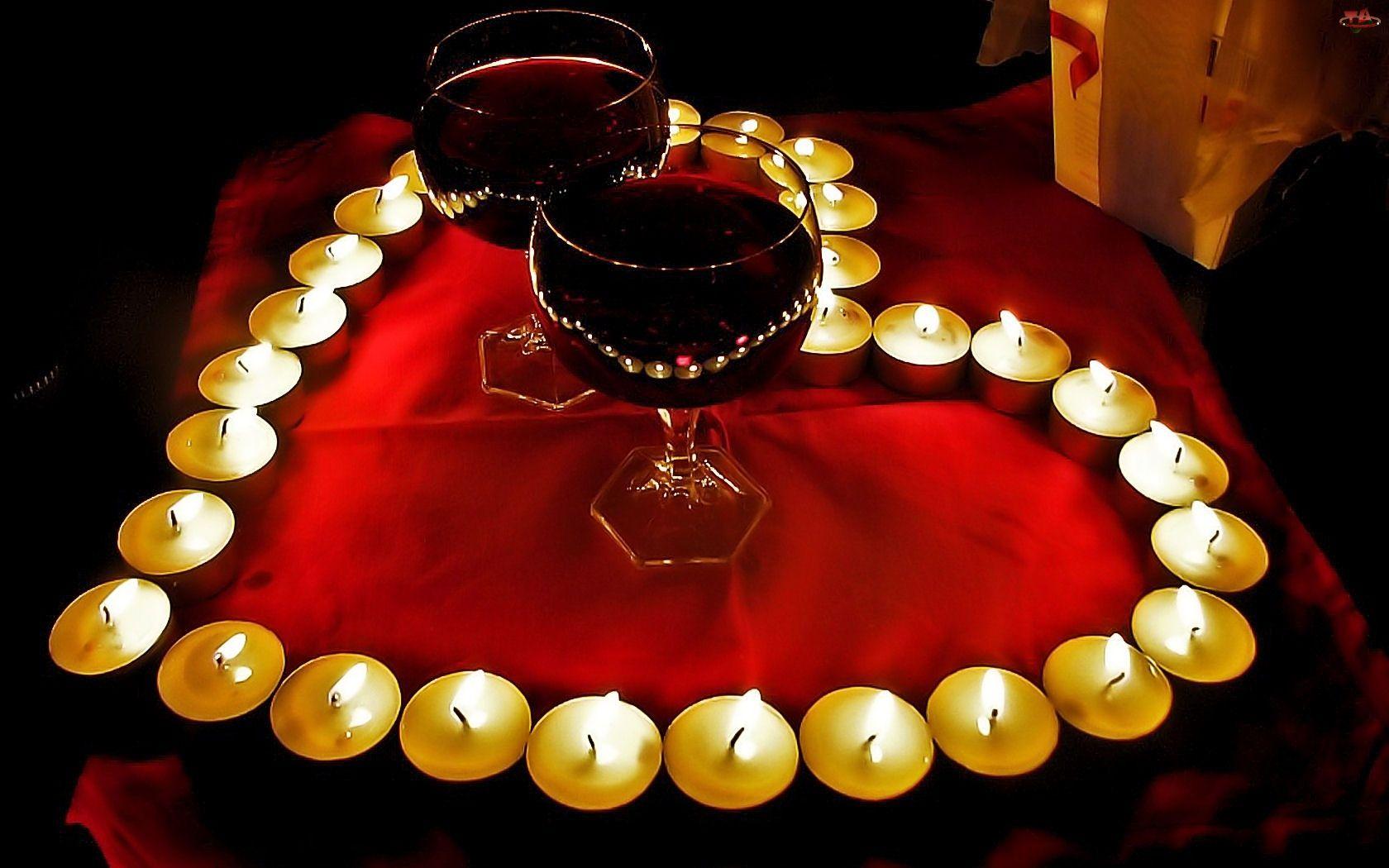 Романтичные свечи сложенные в форме сердца